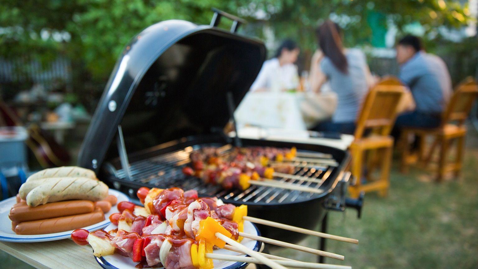 Alimentos diversos e bebidas não podem faltar no churrasco em casa (Imagem: Shutterstock)