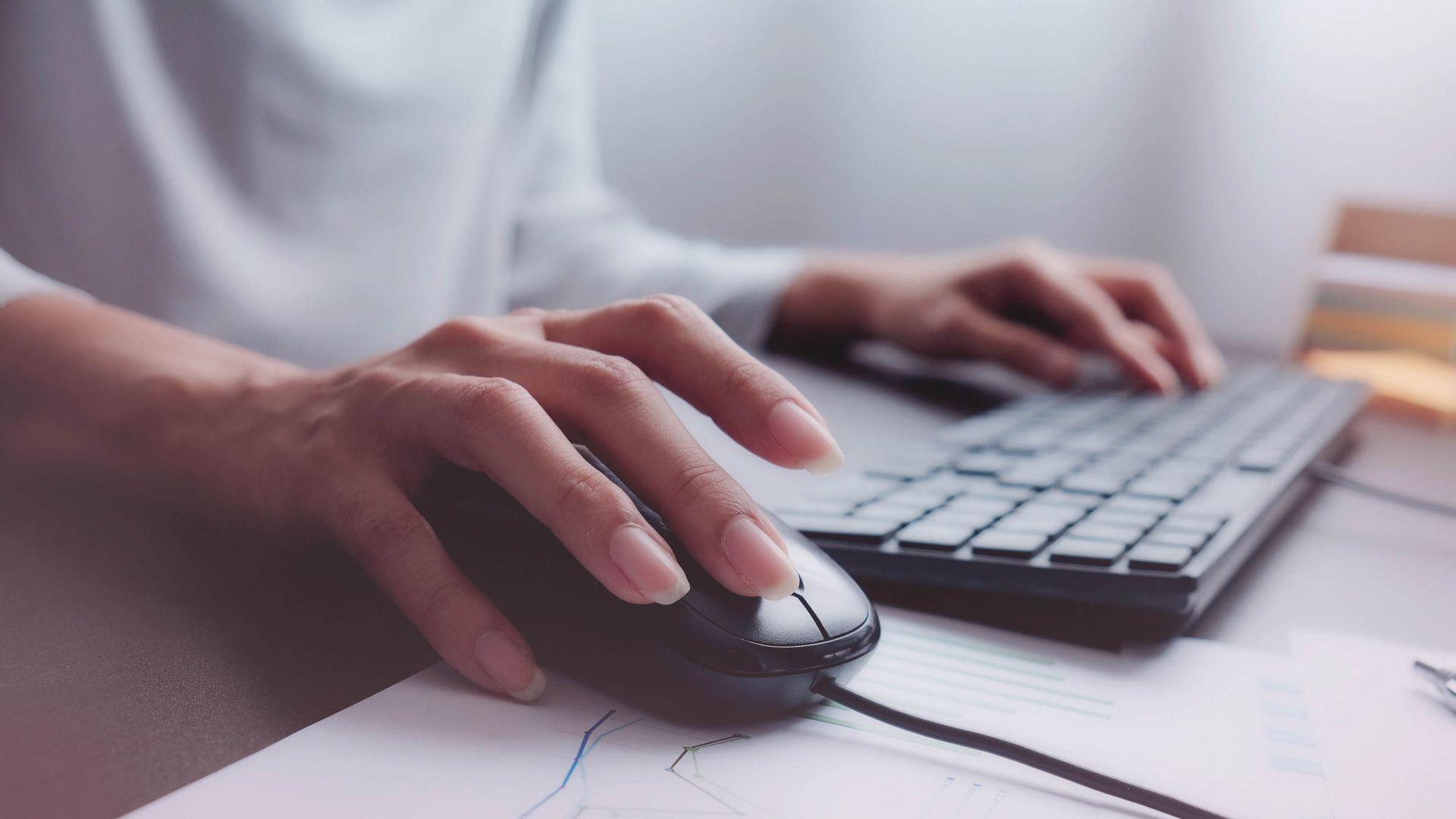 Confira a lista com os melhores combos de teclado e mouse (Foto: Ratta Lapnan/Shutterstock)