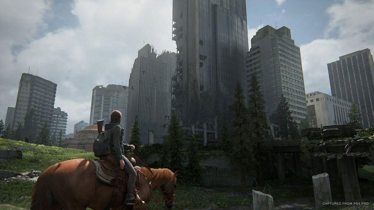 Ilustração de The Last of Us Parte 2 mostrando Ellie montada em um cavalo olhando para arranhas-céus em decadência