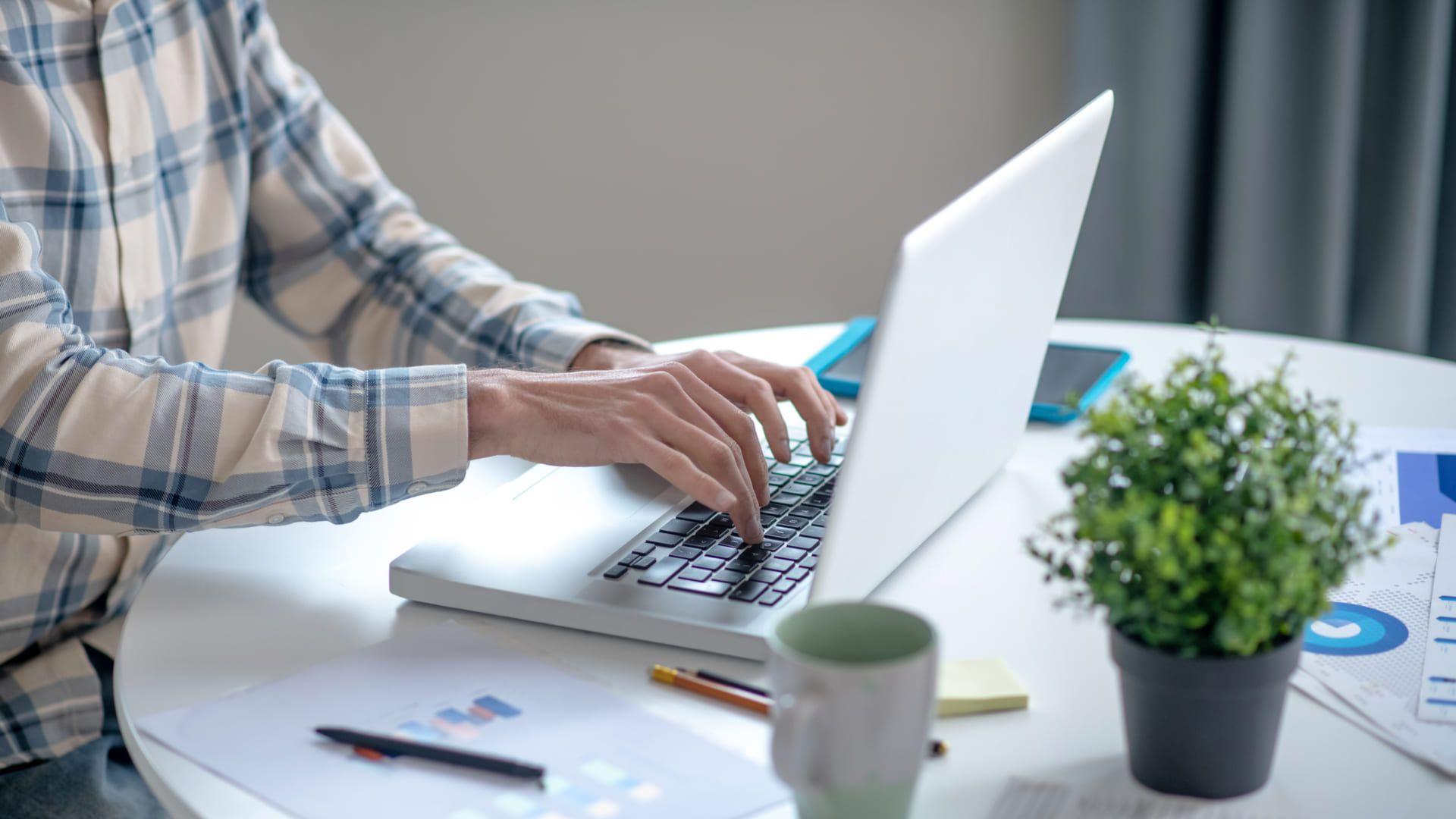 Netbooks são compactos e eram mais baratos. (Dmytro Zinkevych/Shutterstock)