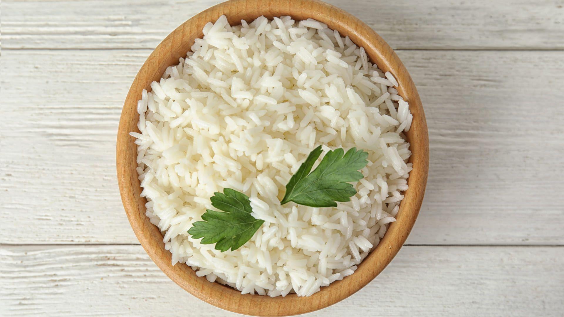 Se liga no passo a passo de como fazer arroz no micro-ondas! (Imagem: Reprodução/Shutterstock)