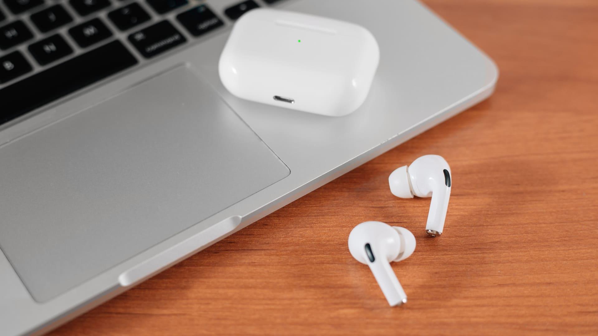 Os AirPods Pro se conectam apenas com dispositivos da Apple. (Foto: Shutterstock)
