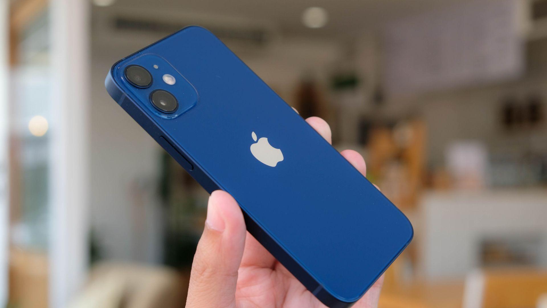 O iPhone 12 Mini é um celular pequeno, mas potente. (Imagem: Reprodução/Shutterstock)