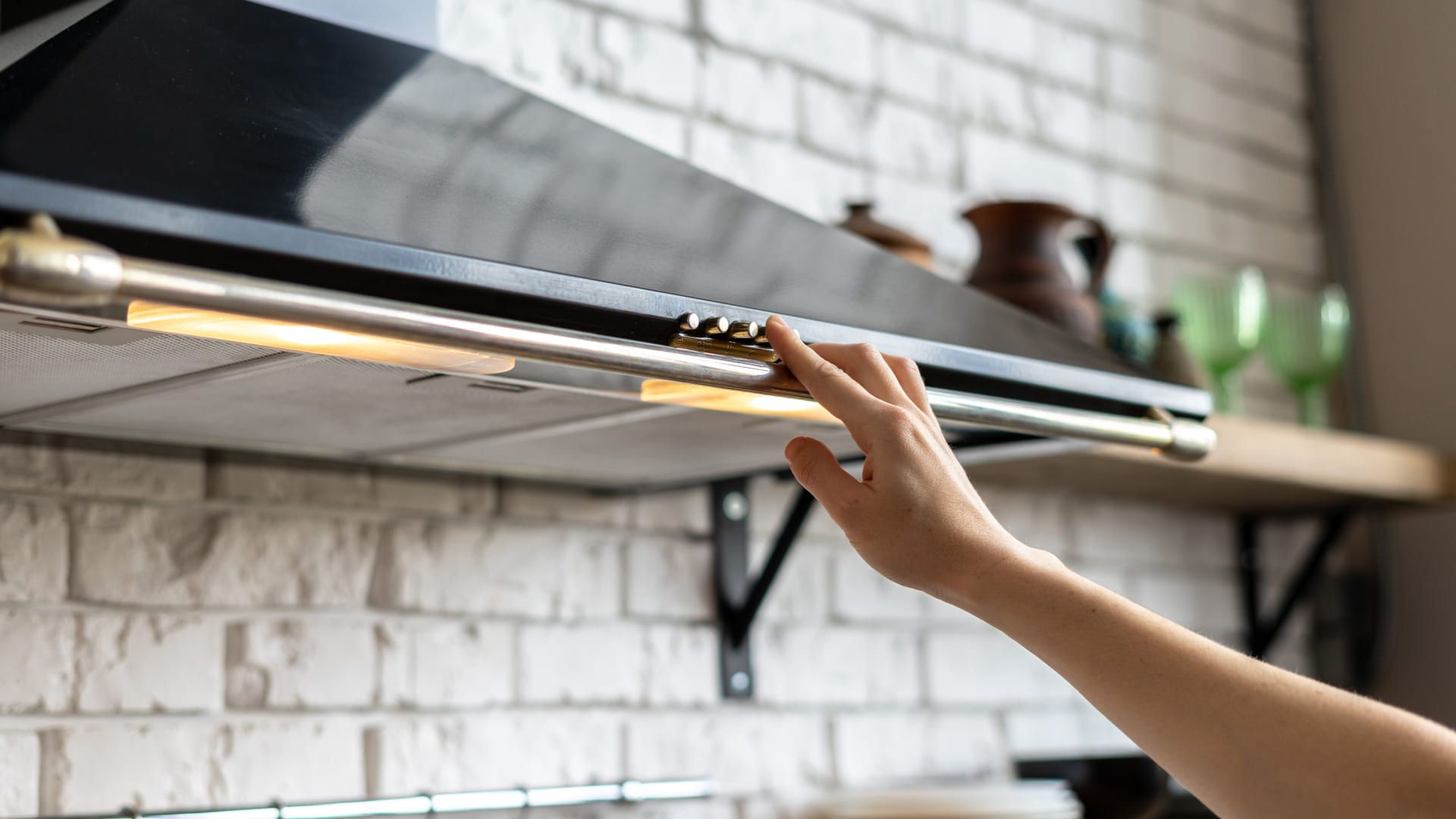 A coifa de cozinha é uma ótima aliada para eliminar o vapor e a gordura do ambiente. (Imagem: Reprodução/Shutterstock)