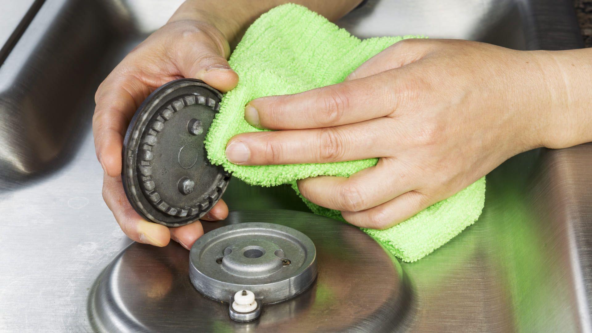 Após limpar as peças removíveis do seu fogão, seque-as bem. (Imagem: Reprodução/Shutterstock)