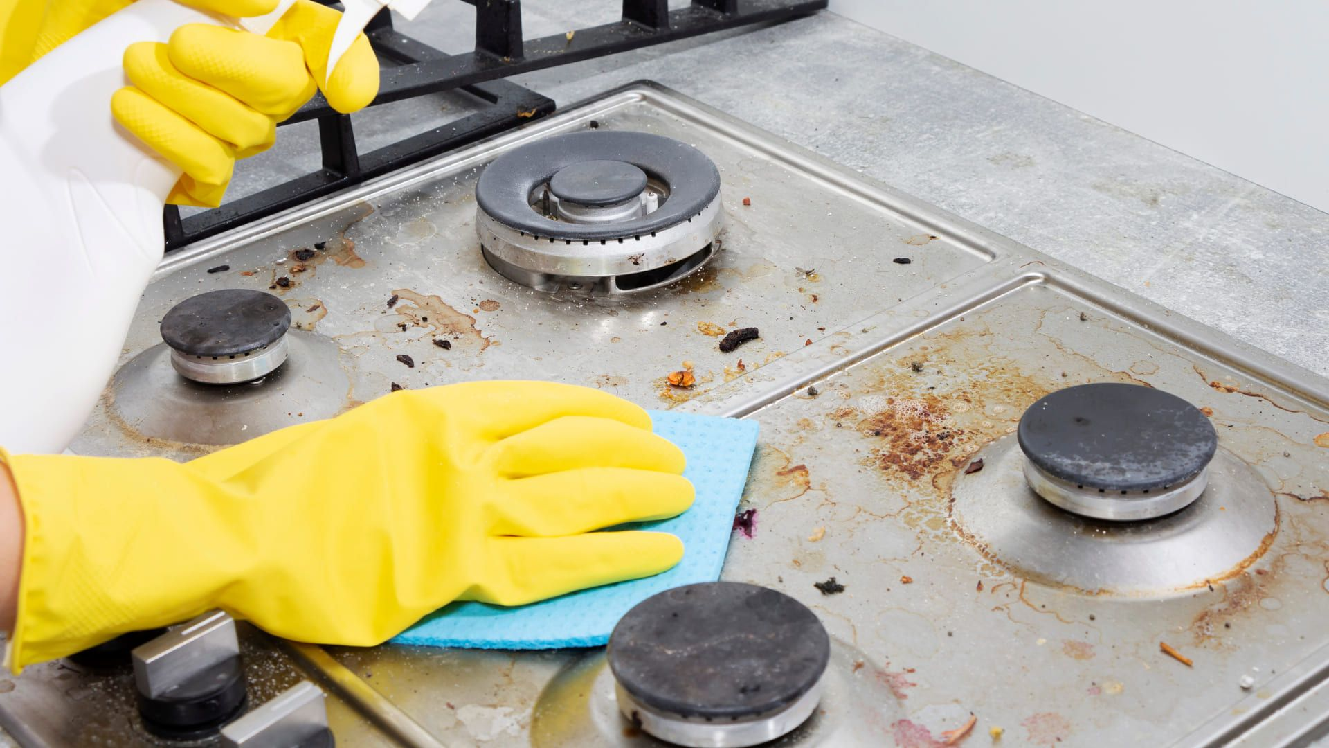 Lembre sempre de usar um pano ou esponja macios para não danificar seu fogão. (Imagem: Reprodução/Shutterstock)