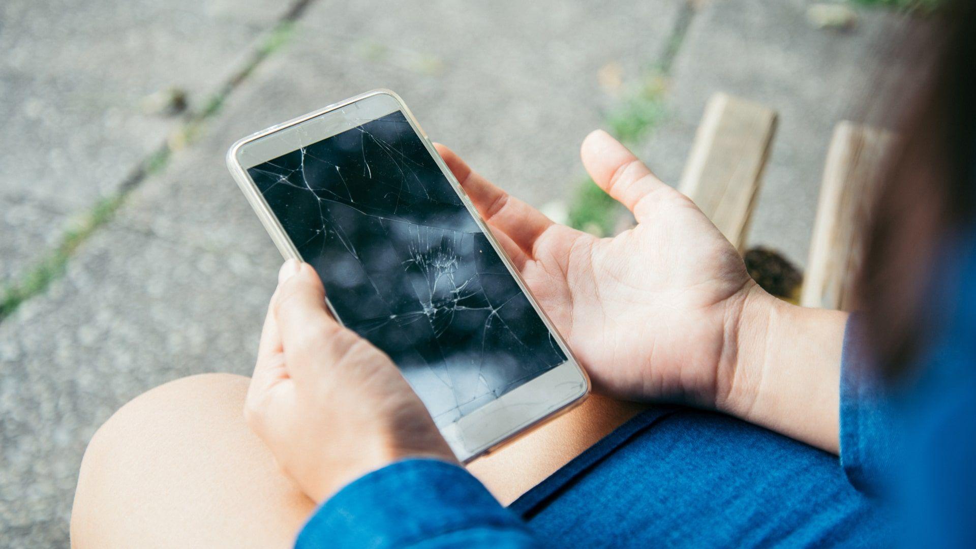 Celulares usados podem apresentar marcas de uso, como rachadura na tela (Foto: Shutterstock)