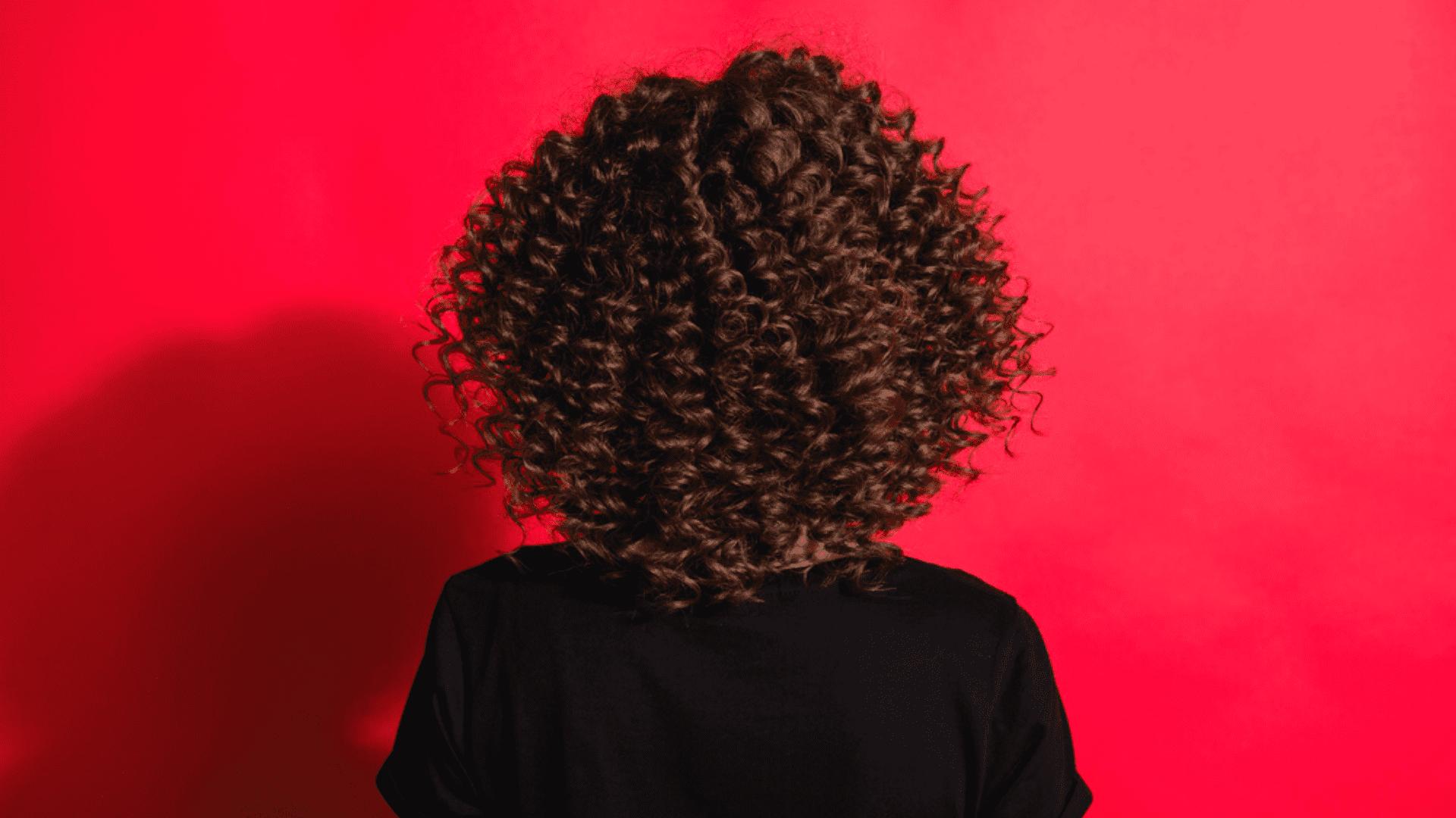 Entenda o que é, como e fazer e quais produtos usar para fazer fitagem no cabelo cacheado! (Imagem: Reprodução/Shutterstock)