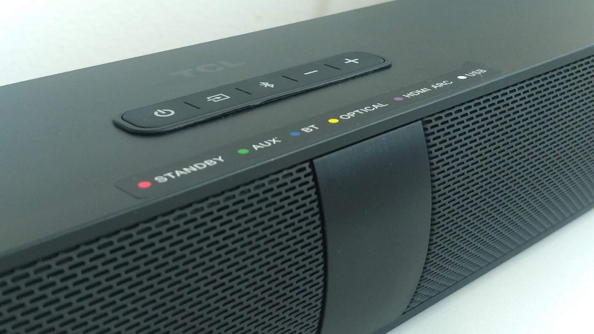 No topo, o soundbar TCL TS7010 tem 5 botões discretos. (Foto: Arquivo Pessoal, Leonor Militão)