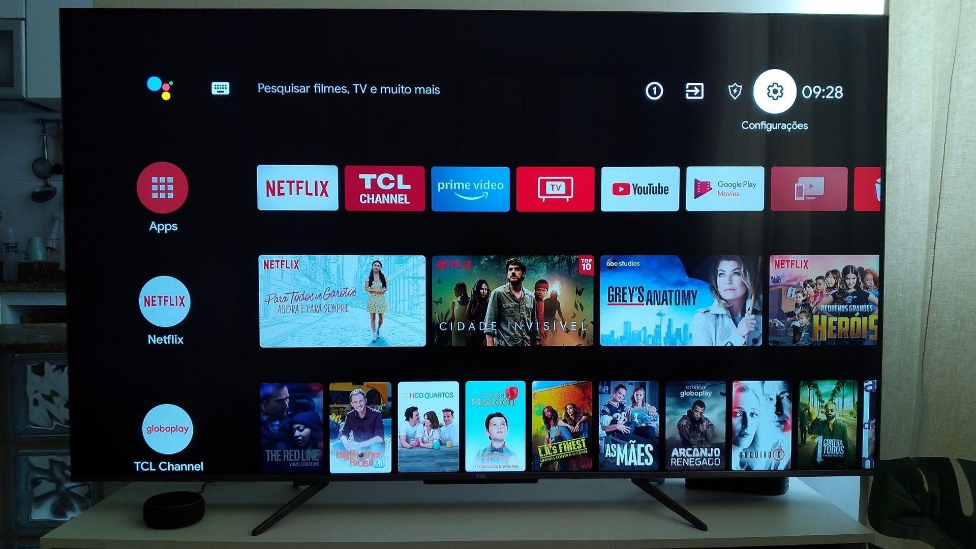 O sistema da C715 é Android TV, na versão 9.0 (Foto: Arquivo Pessoal, Leonor Militão)
