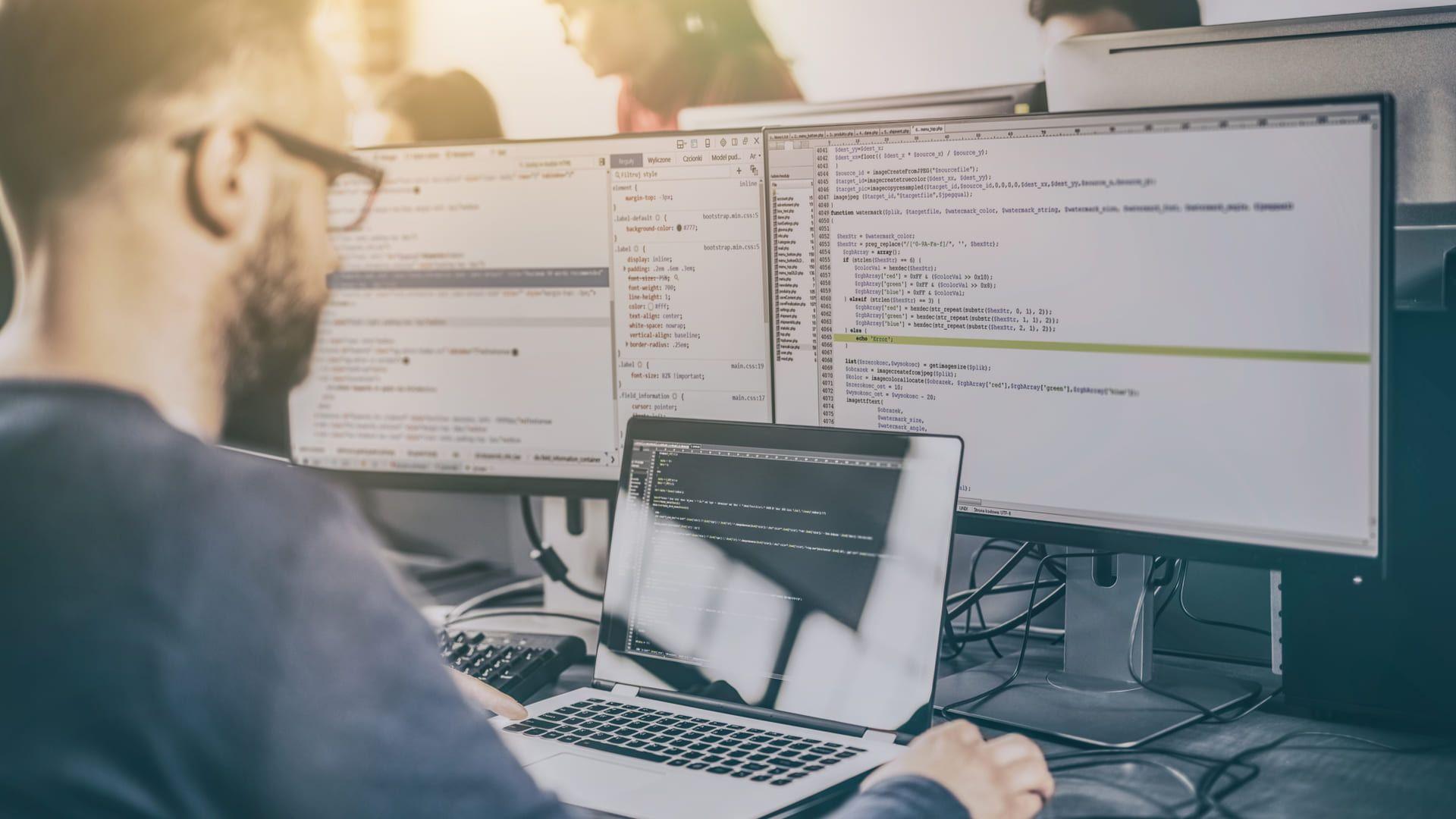 A aplicação facilita muito a vida do desenvolvedor, com suporte a diversas linguagens de programação (Foto Reprodução/Shutterstock)