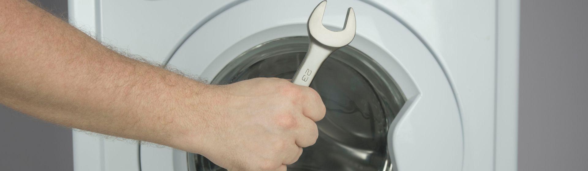Máquina de lavar vazando água por baixo: como resolver?