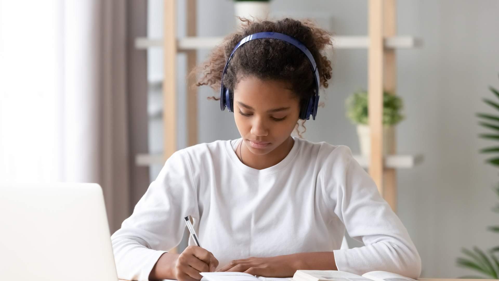 O melhor notebook para estudar deve ter uma tela de boa resolução para as videoaulas (Fonte: Shuterstock/Balance Form Creative)