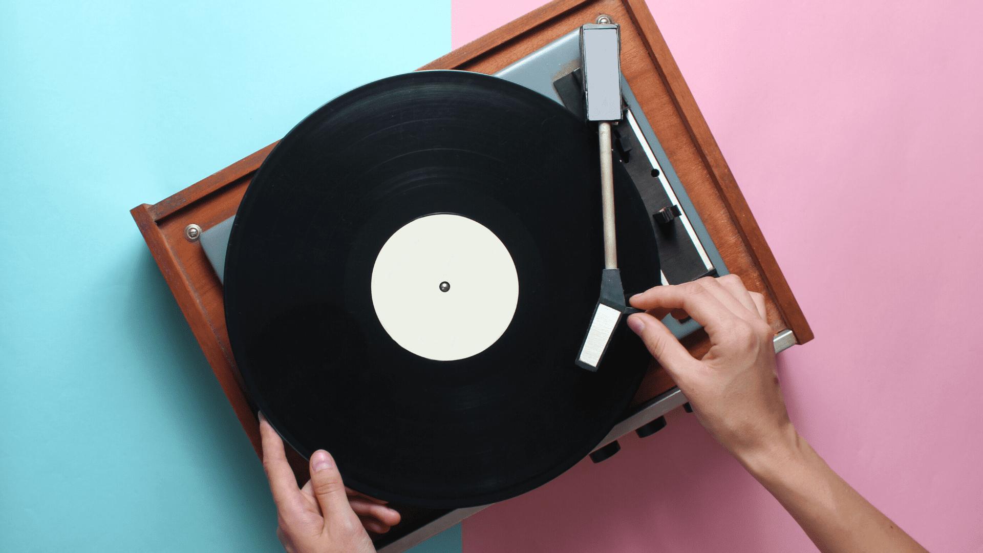 Veja a nossa seleção dos melhores toca-discos e vitrolas de 2021! (Imagem: Reprodução/Shutterstock)