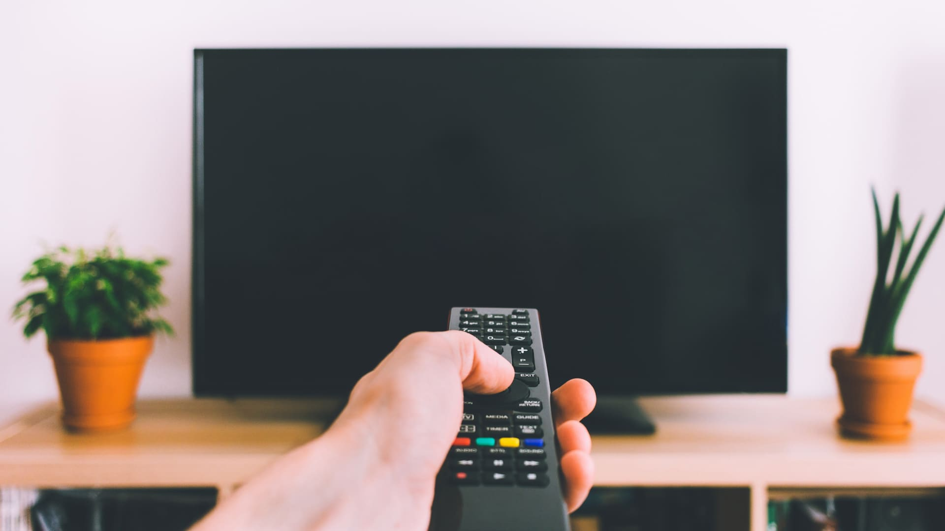 Confira as opções e encontre a melhor TV 43 polegadas! (Imagem: Reprodução/Shutterstock)