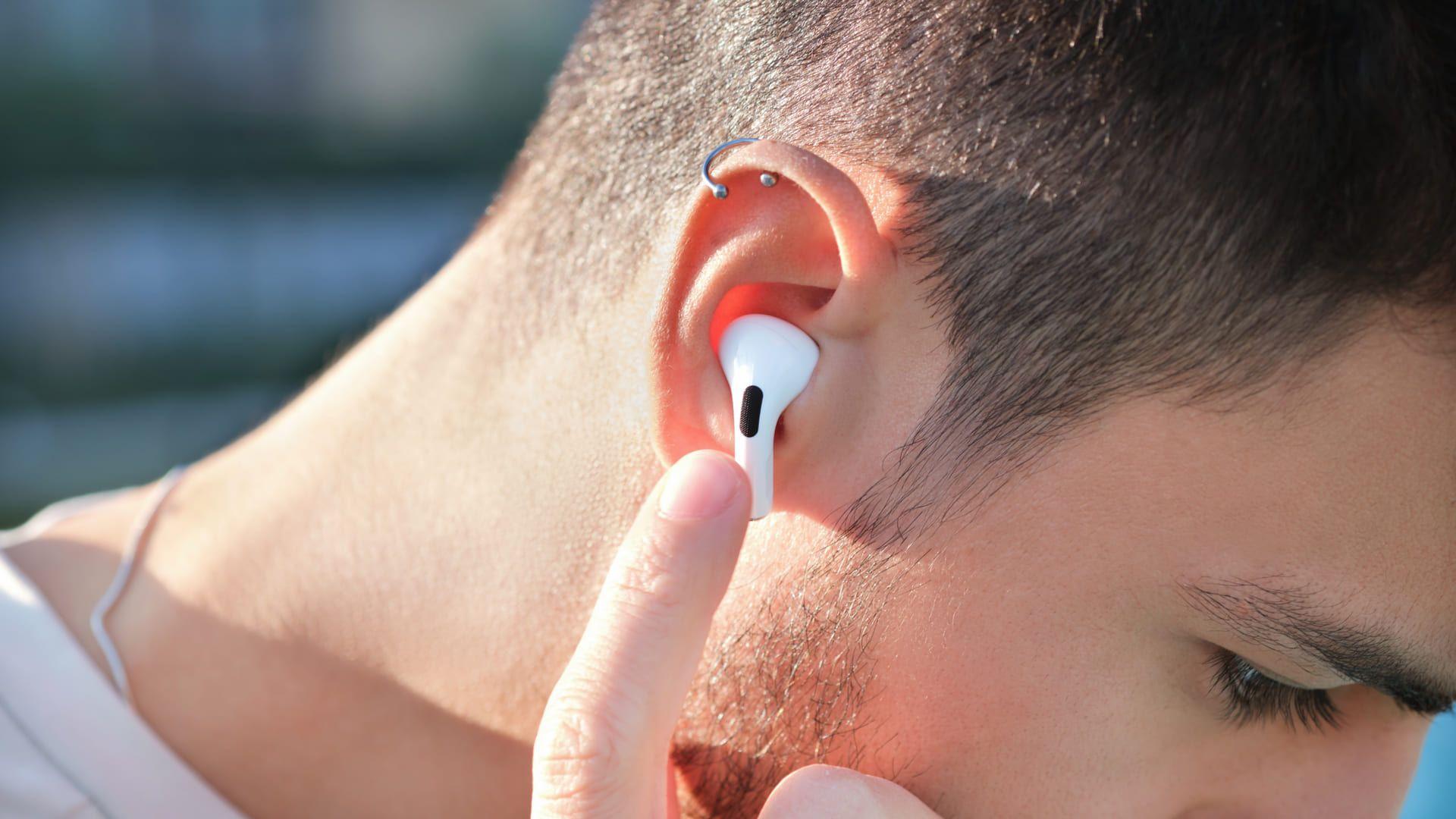 Os microfones dos AirPods Pro deixam sua voz clara e sem distorções. (Foto: Shutterstock)