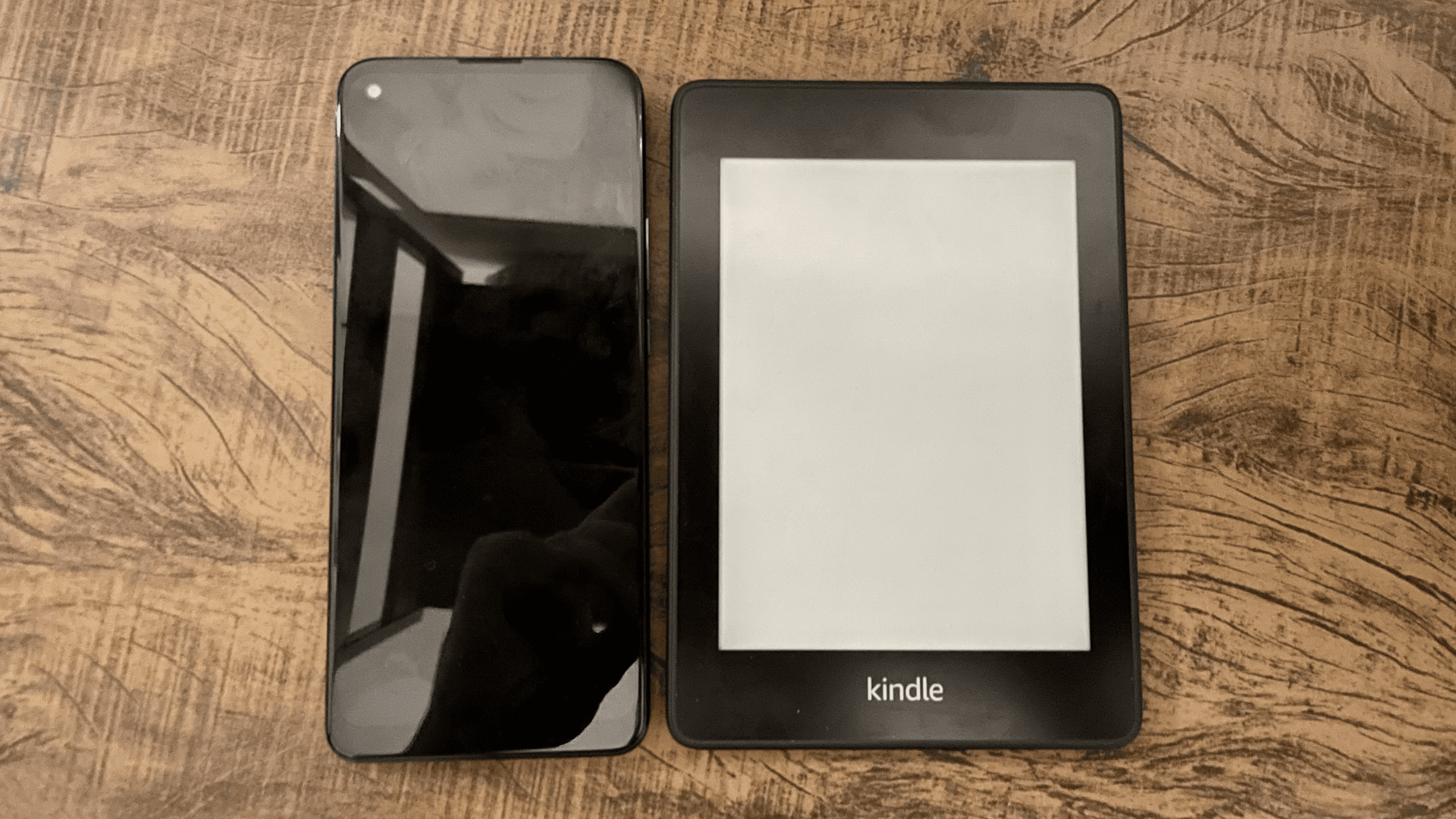 Moto G9 Power ao lado do e-reader Kindle Paperwhite (Foto: Gabriel Fricke / Zoom)