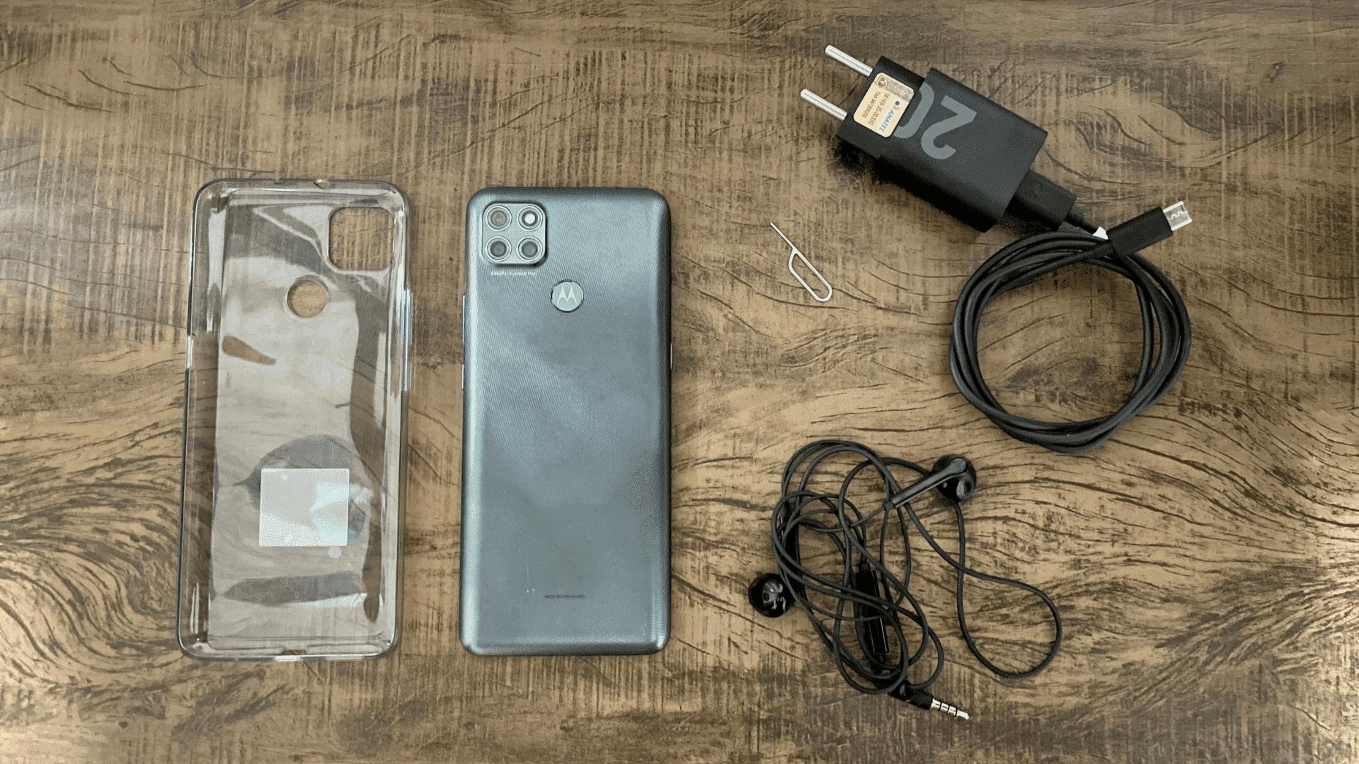 Moto G9 Power: entre os acessórios, está carregador Turbo Power de 20W (Foto: Gabriel Fricke / Zoom)