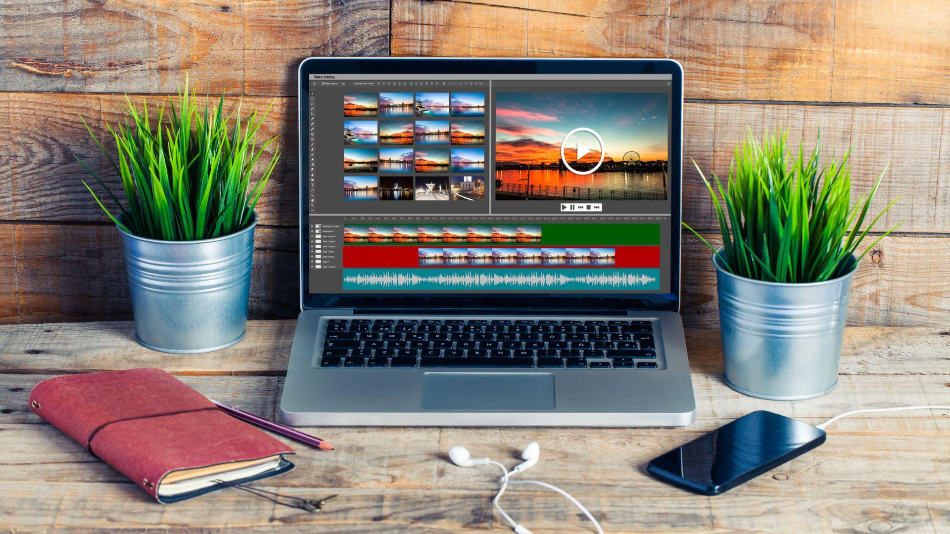 Notebook para edição de vídeo sobre mesa de madeira