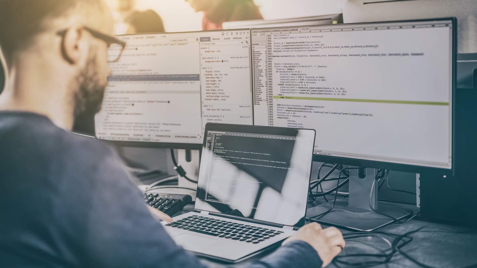 Horas de trabalho prejudicam a vista, então telas antirreflexivas também são importantes em um notebook para programar (Fonte: Shutterstock/REDPIXEL.PL)