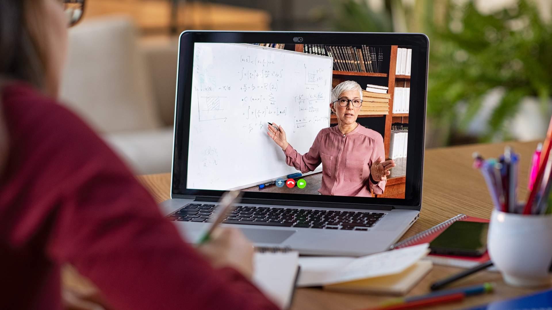 Com tela maior e capacidade de rodar programas mais pesados, o notebook é mais indicado para o dia a dia (Fonte: Shutterstock/Rido)