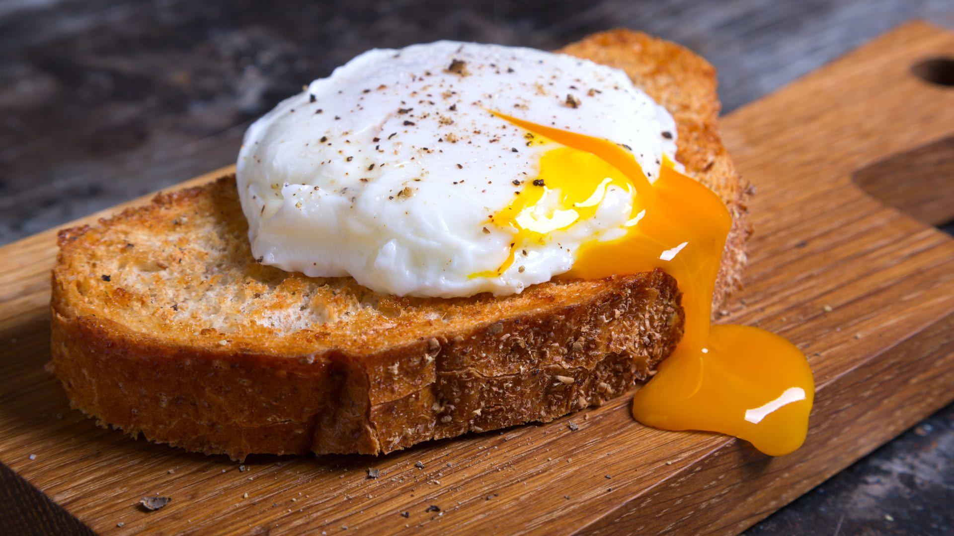 Procurando uma receita de ovo no micro-ondas? Dá uma olhada aqui embaixo. (Imagem: Reprodução/Shutterstock)