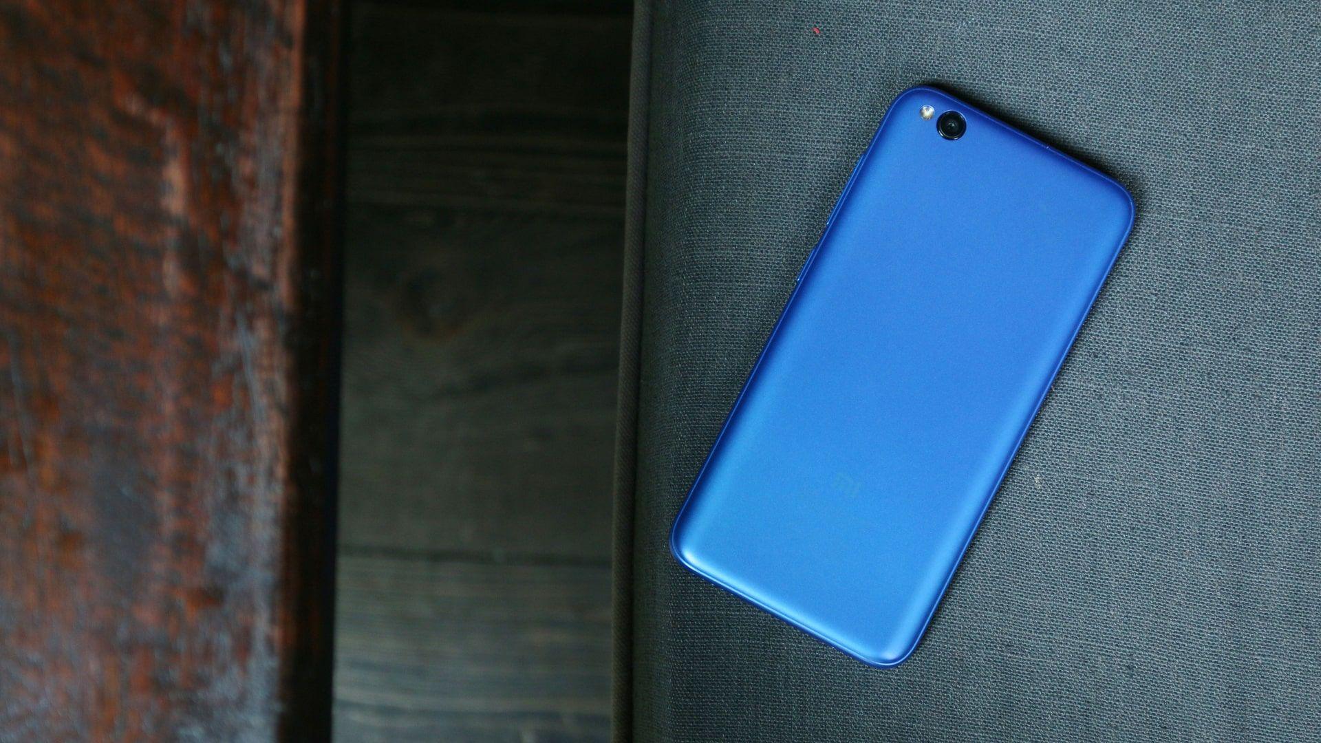 Traseira do Redmi Go, celular Xiaomi barato (Foto: Shutterstock)