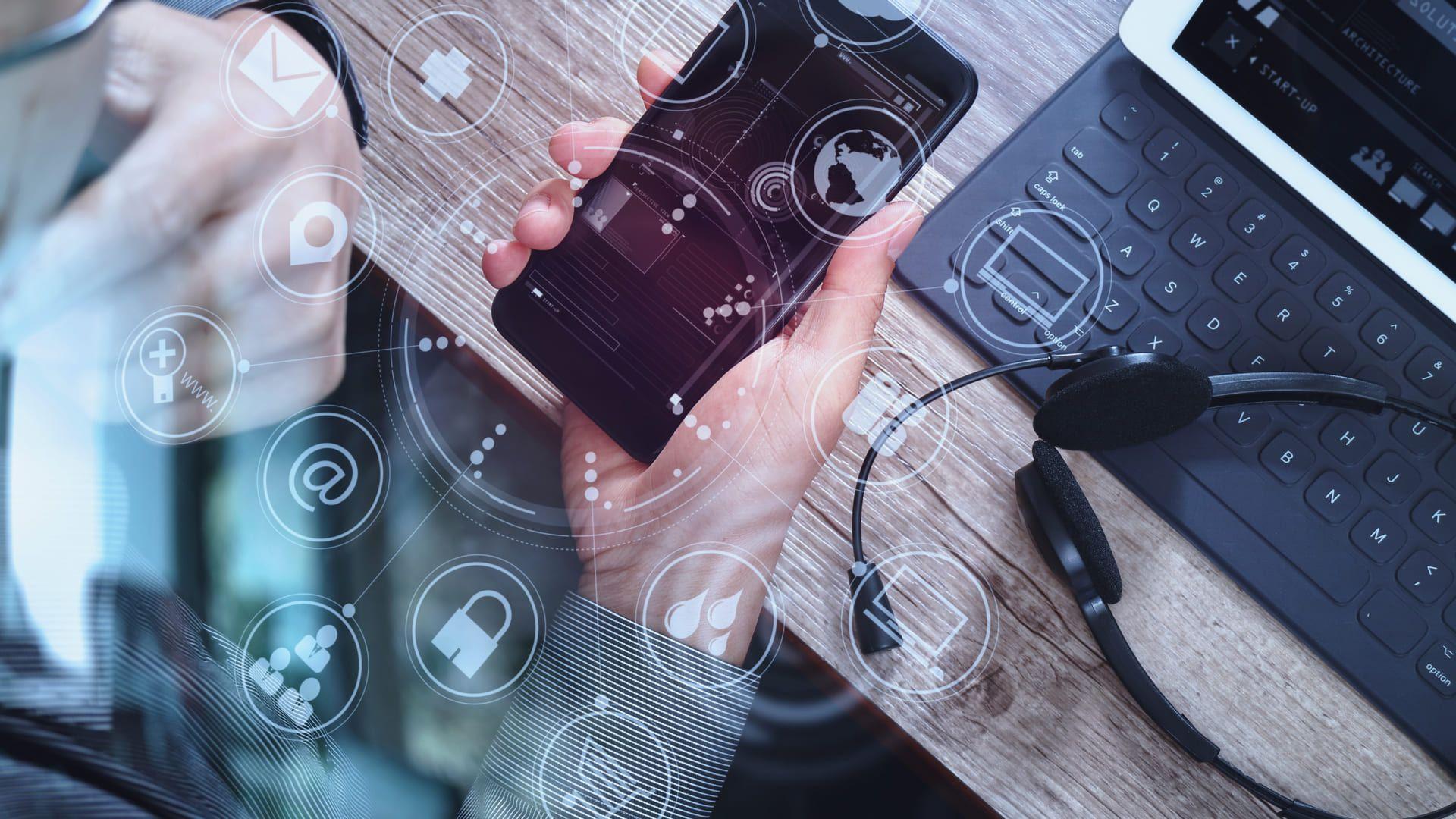 Com recursos cada vez mais avançados e inteligência, as assistentes virtuais fazem parte do cotidiano de muitas pessoas (Fonte: Shutterstock)