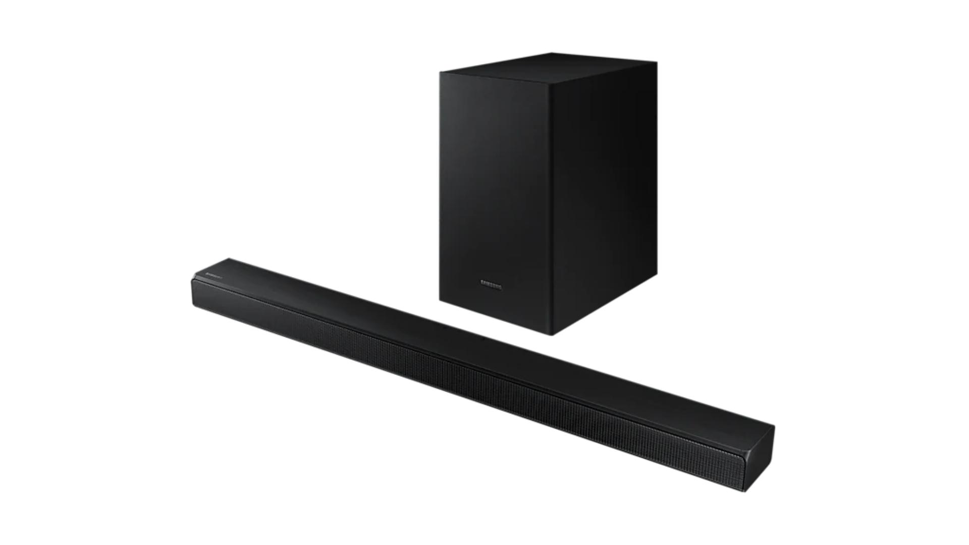 A soundbar Samsung T555 conta com design simples ocupando pouco espaço! (Imagem: Divulgação/Samsung)