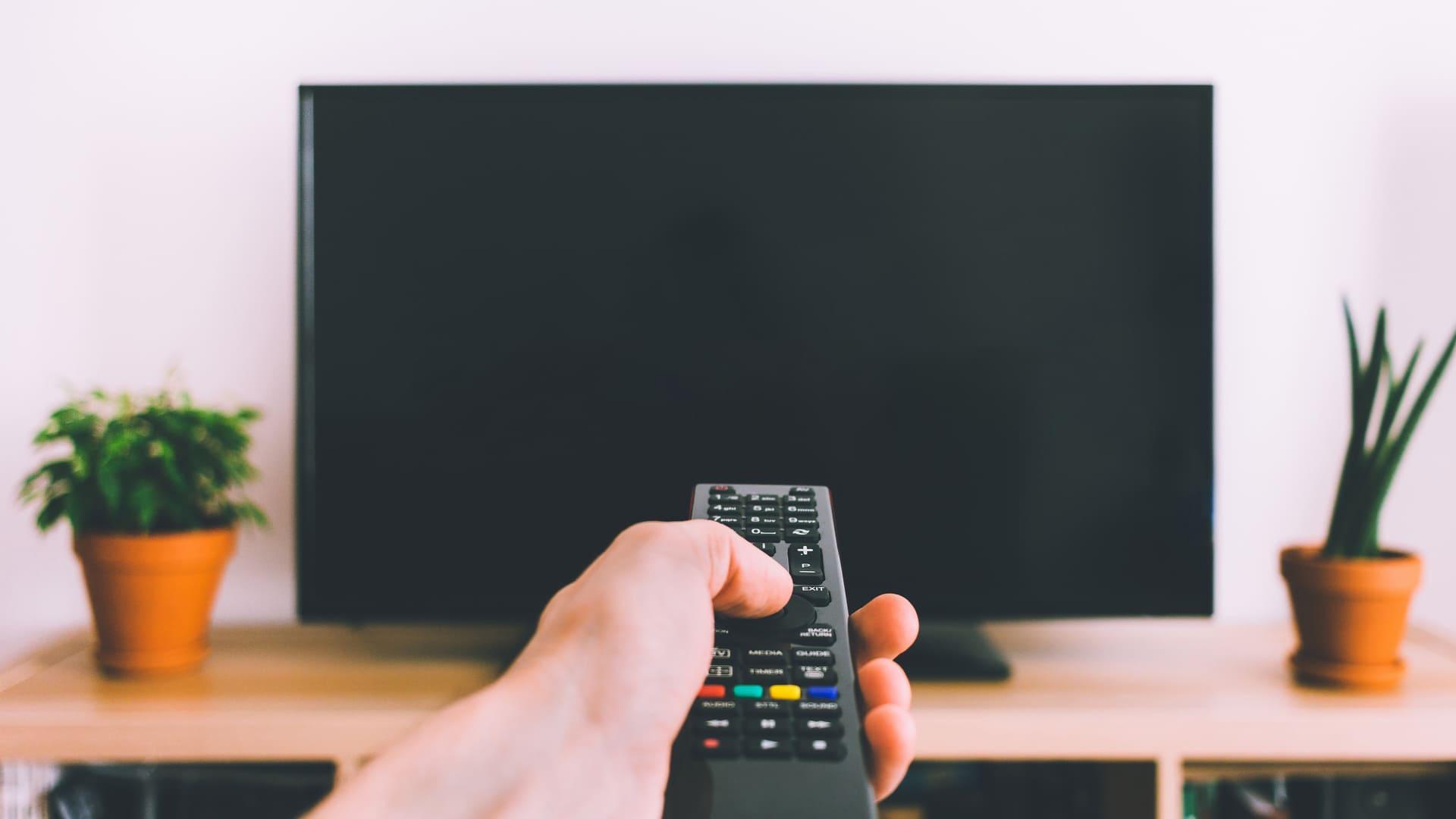 Conheça os tipos de TV e escolha aquela ideal para a sua casa! (Imagem: Reprodução/Shutterstock)