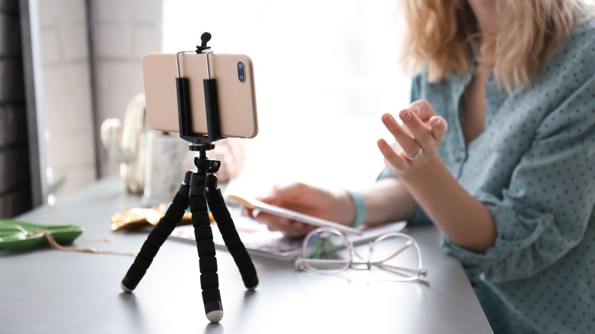 Tripé para celular é um acessório útil para tirar fotos e gravar vídeos (Foto: Shutterstock)