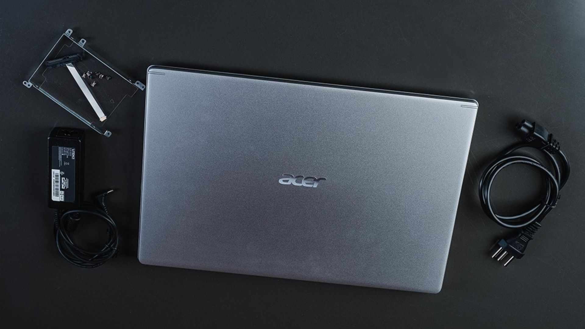 Acer Aspire 5 vem com kit de atualização do HD e fonte carregadora (Foto: Zoom)
