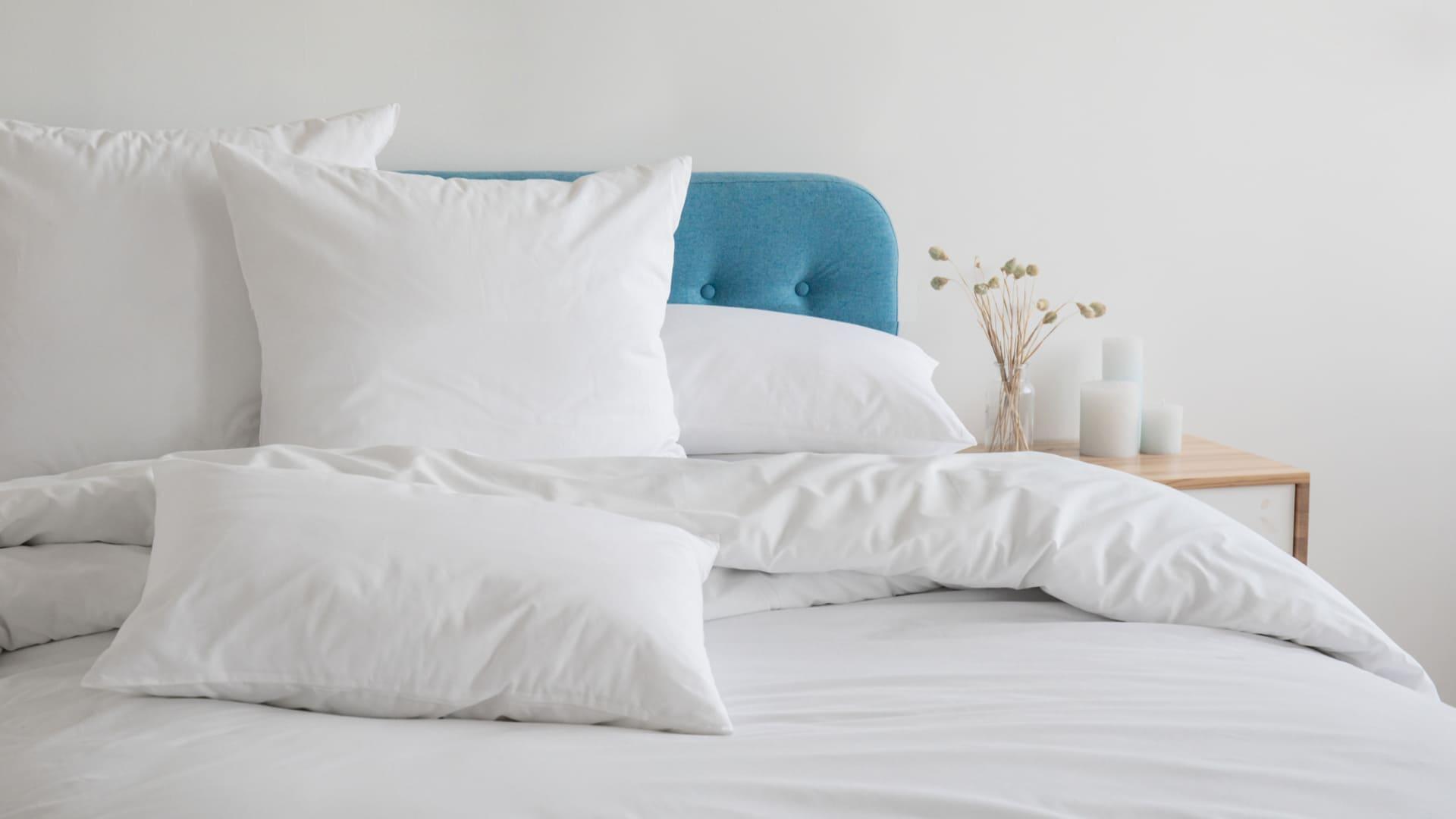 Existem diferentes materiais de travesseiro. Para mais conforto, vale testar qual te agrada mais. (Imagem: Reprodução/Shutterstock)