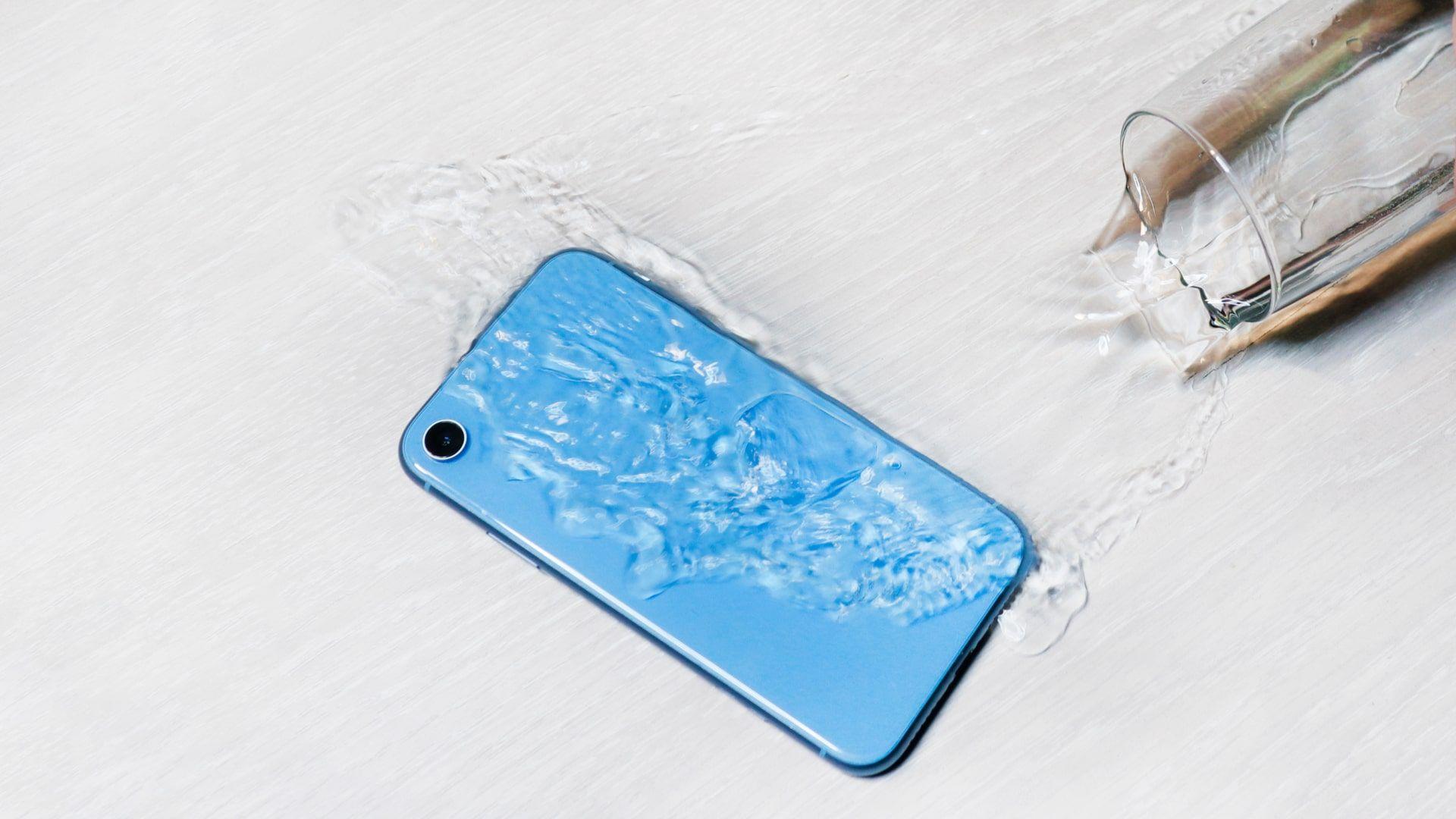 Celular à prova d'água: entenda as diferenças e conheça os melhores modelos para comprar (Foto: Shutterstock)