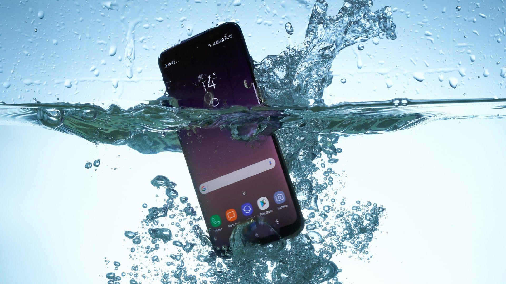 Mesmo um celular à prova d'água não deve ser submerso (Foto: Shutterstock)