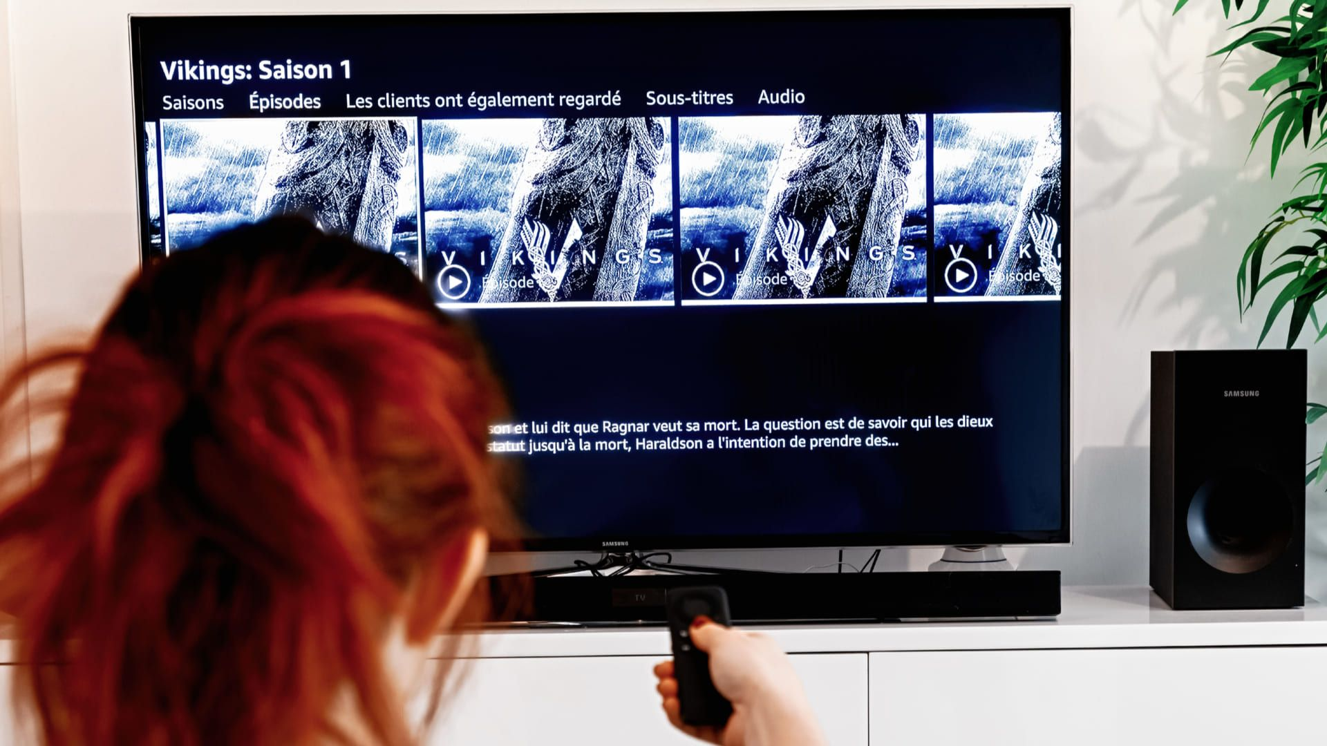 Mulher acessando a série Vikings no catálogo da Amazon Prime Video em uma TV
