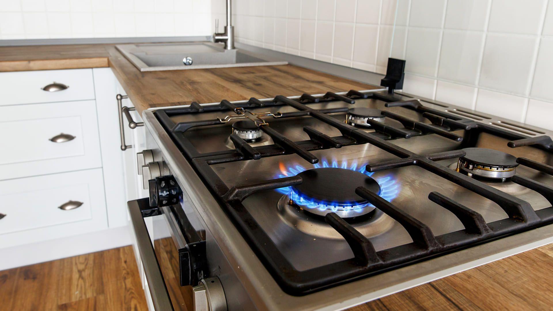 Veja o passo a passo de como desentupir o fogão à gás. (Imagem: Reprodução/Shutterstock)