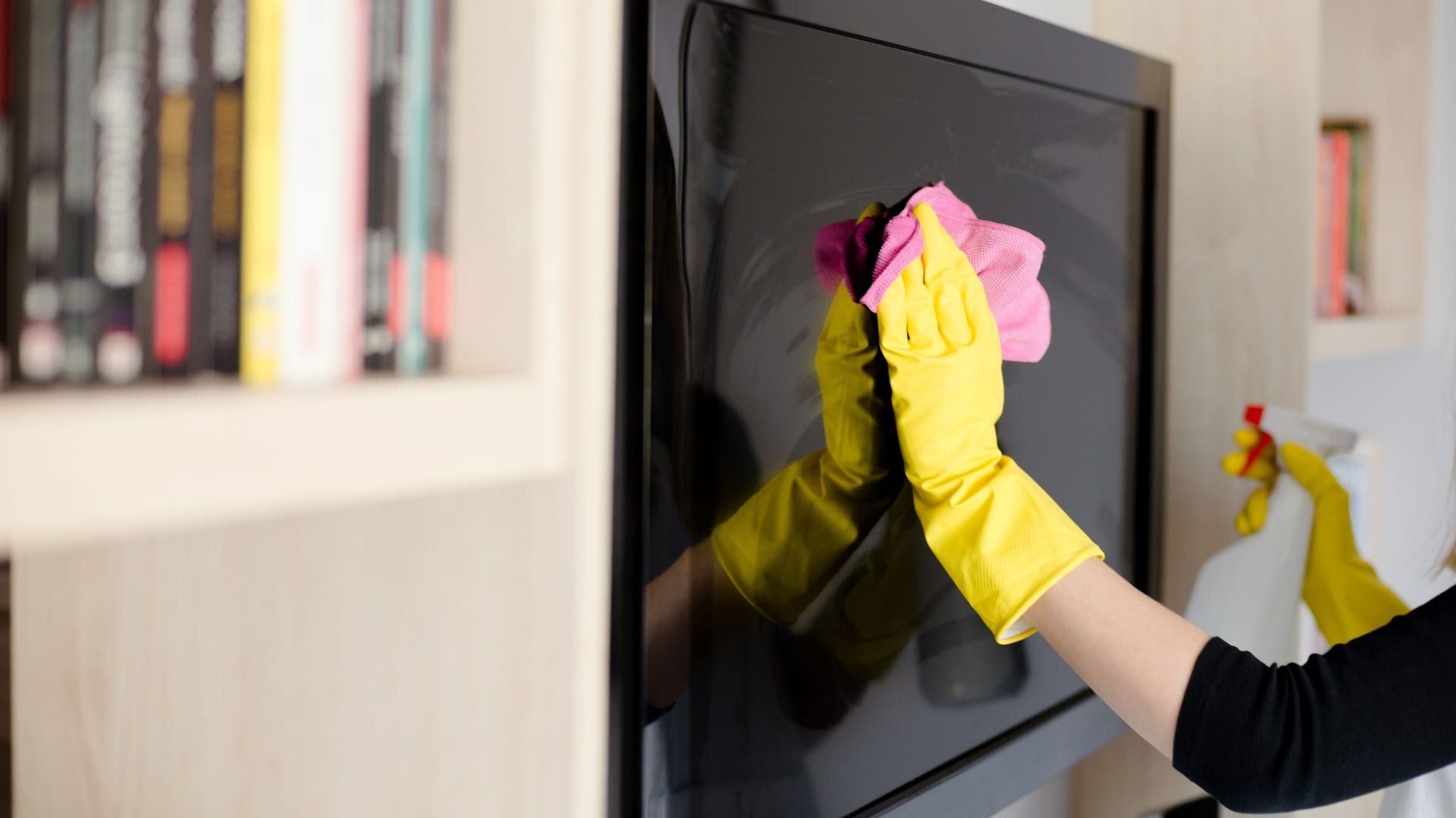 Lembre-se de não exagerar nos líquidos na hora de limpar a tela da TV. (Imagem: Reprodução/Shutterstock)
