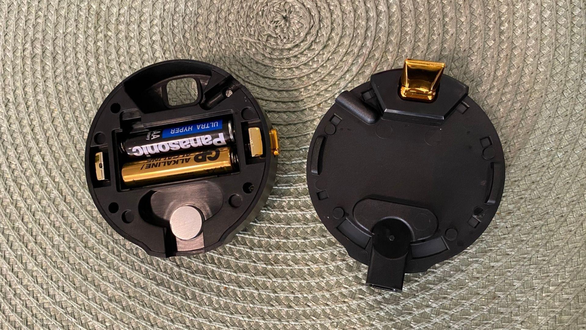 A chopeira se divide em duas partes, uma das quais tem um compartimento para pilhas AAA (Foto: Zoom)