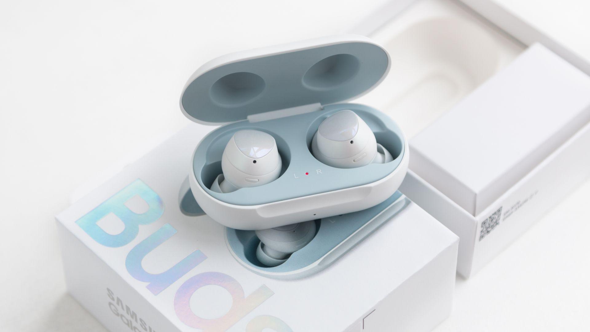 Galaxy Buds: são dois microfones (Foto: AlesiaKan / Shutterstock.com)