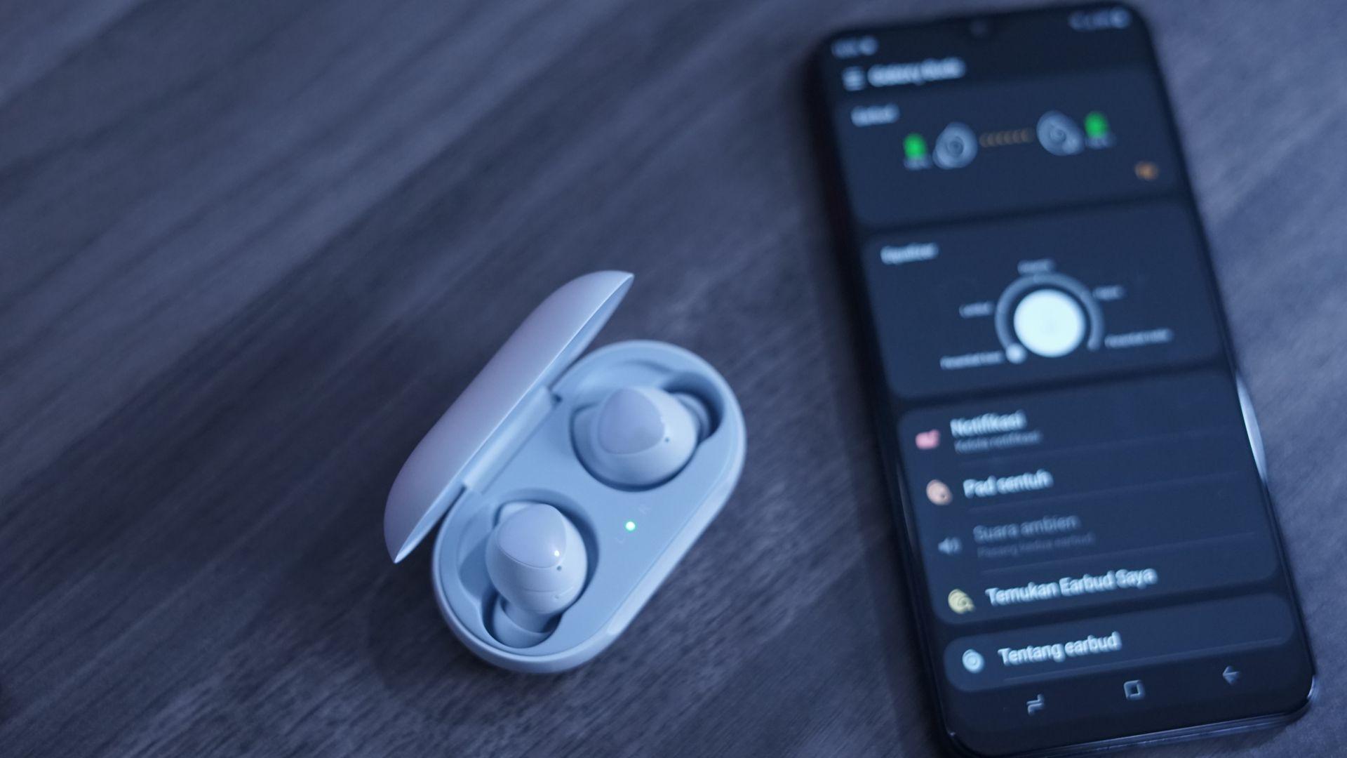 Galaxy Buds conta com áudio assinado pela AKG (Foto: Lukmanazis / Shutterstock.com)