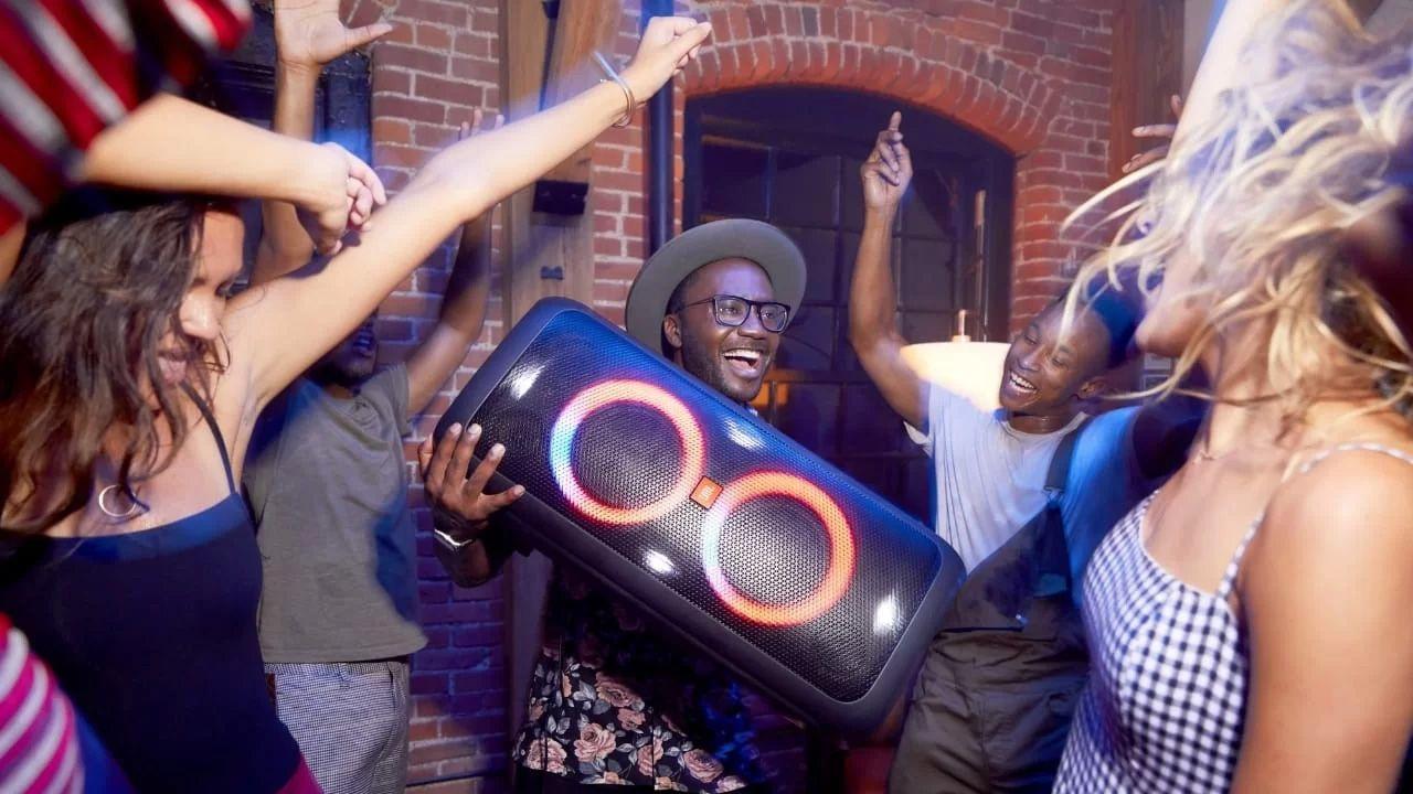 A JBL PartyBox 300 é uma caixa de som para festas de médio porte. (Foto: Divulgação/JBL)