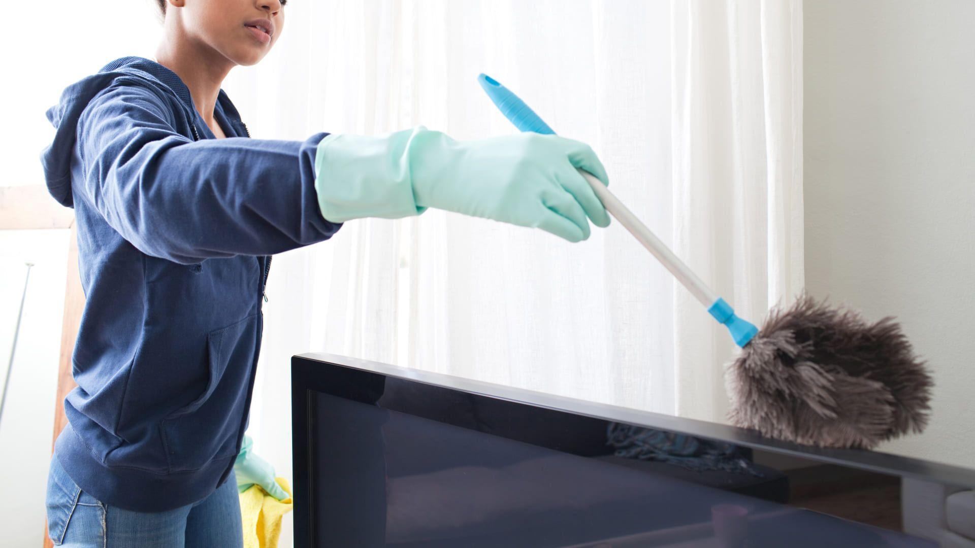 O espanador é um dos aliados de como limpar tela de TV (Imagem: Reprodução/Shutterstock)