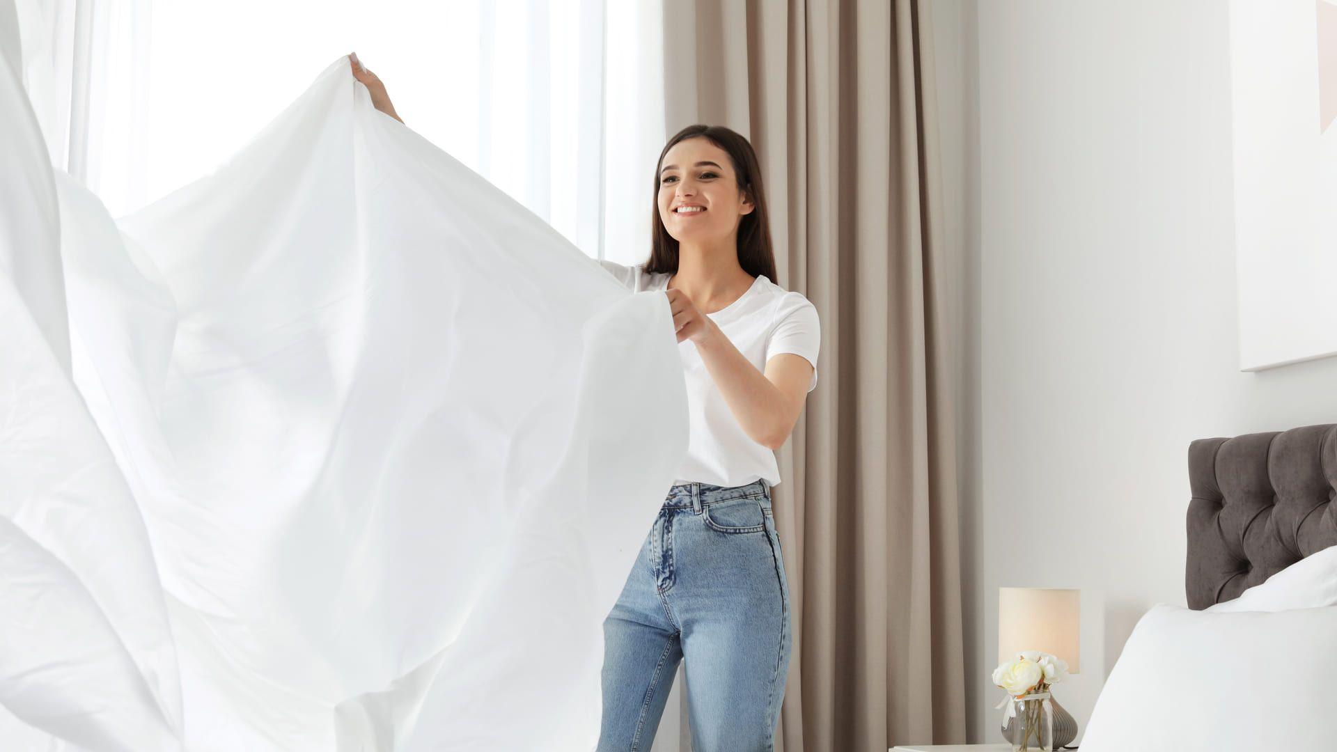 Ficar atento a quantidade de fios do lençol é fundamental para uma roupa de cama macia. (Imagem: Reprodução/Shutterstock)