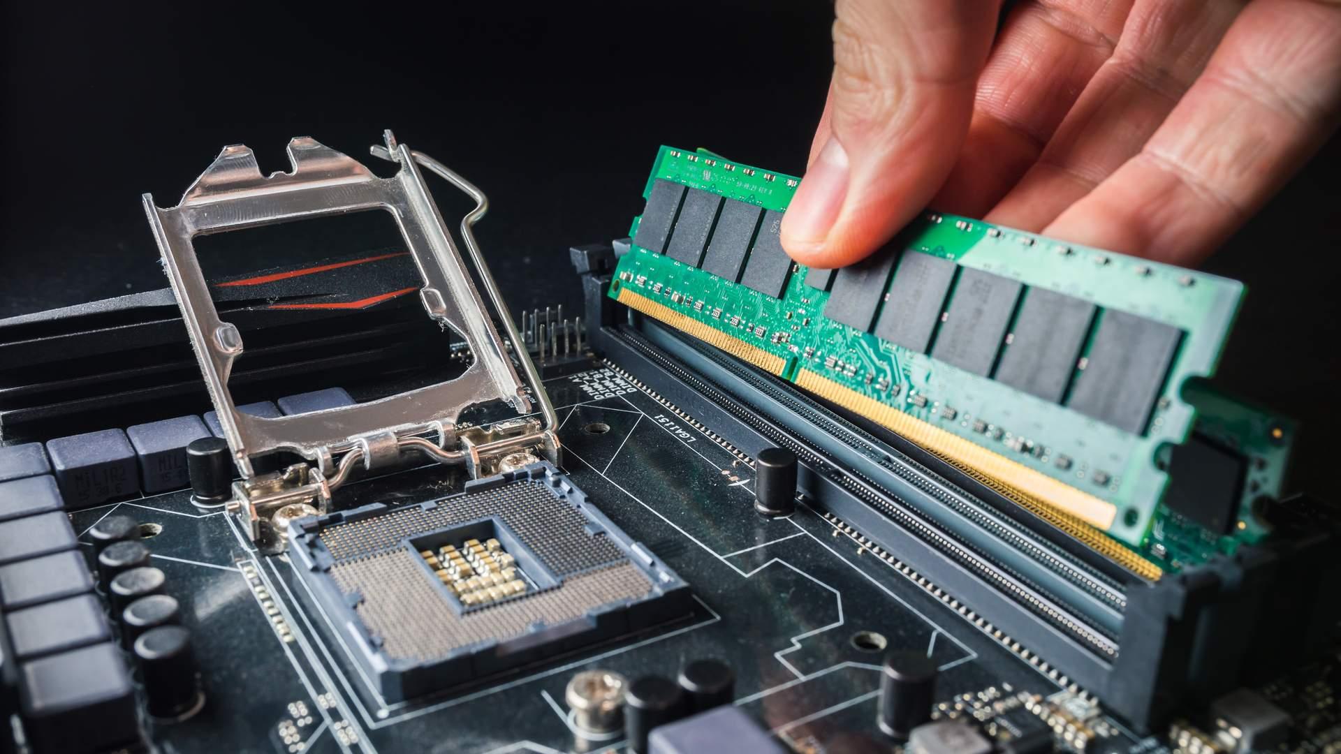 Em algumas placas-mãe, a memória RAM fica bem próxima à porta do processador (Fonte: Shutterstock/Petr Svoboda)