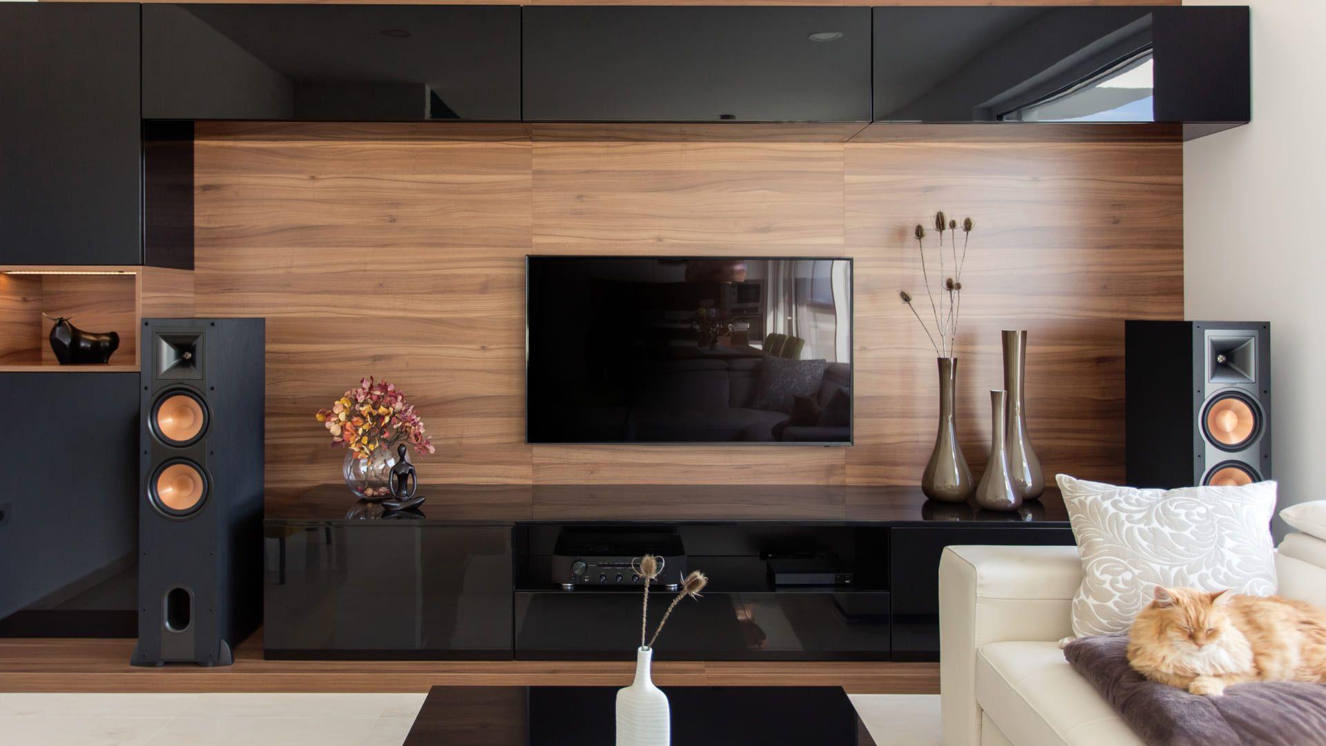 O tipo de material do seu painel de TV reflete na durabilidade e estética! (Imagem: Reprodução/Shutterstock)