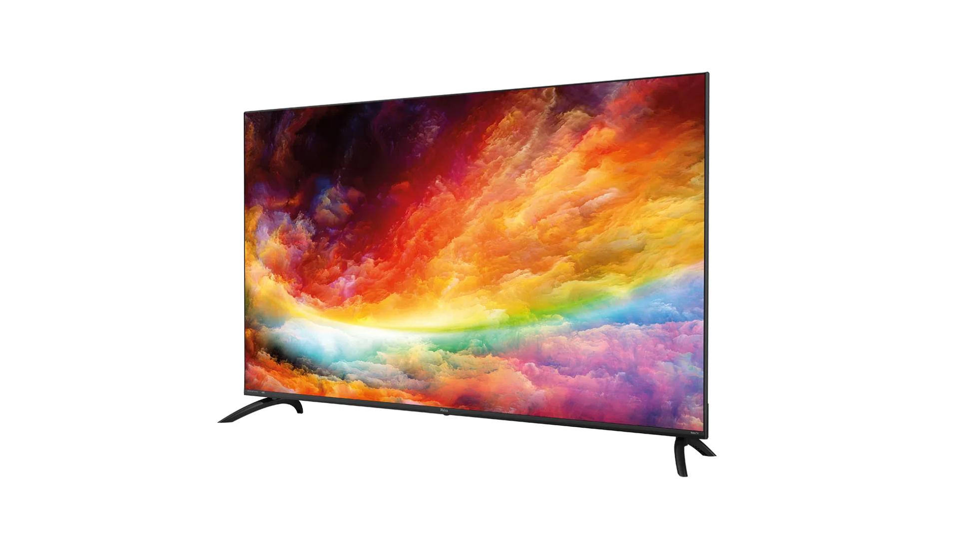Seja apoiada no rack ou presa à parede, a Roku TV Philco traz elegância ao ambiente com suas bordas infinitas. (Imagem: Divulgação/Roku)