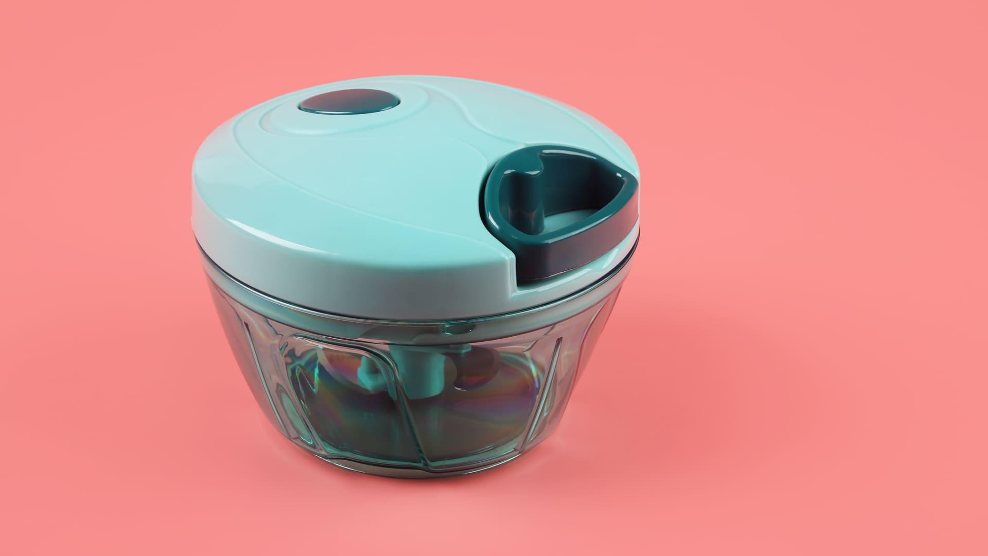 Basta inserir os alimentos no processador de alho e puxar a parte azul escura da tampa. (Imagem: Reprodução/Shutterstock)
