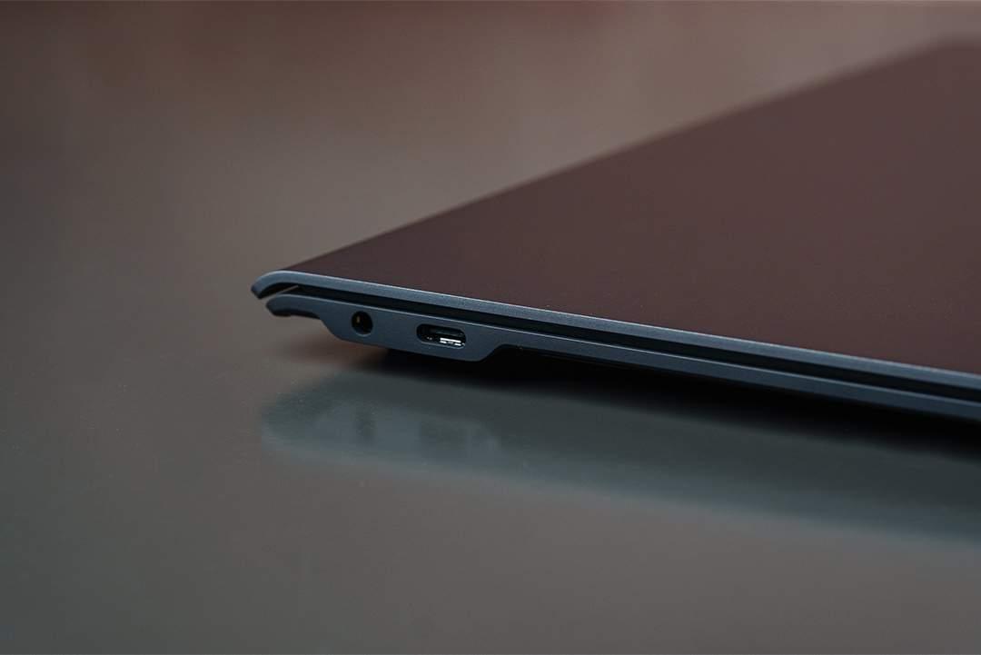 O foco na portabilidade acabou sacrificando portas USB convencionais e o teclado numérico (Foto: Zoom)
