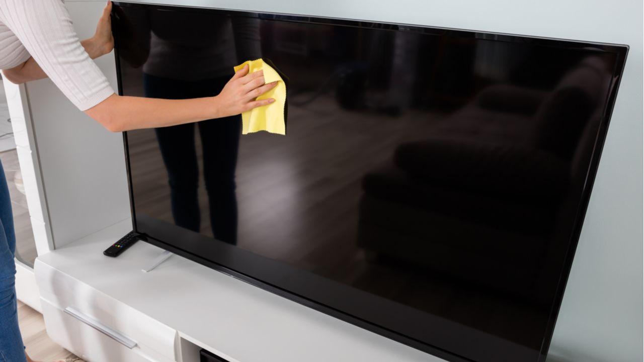 Veja o passo a passo de como limpar TV de LED da forma correta (Foto: Shutterstock)